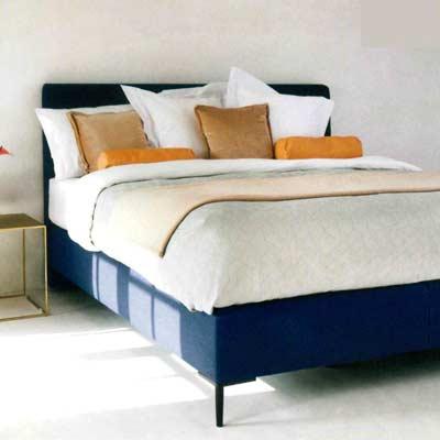 Bed op poten op een slaapkamer met vloerverwarming