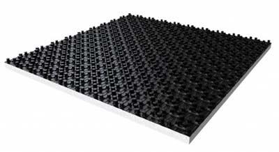 Geisoleerde noppenplaten om warmteverlies te voorkomen bij vloerverwarming