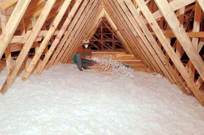 Zoldervloer bedekken met isolatiemateriaal