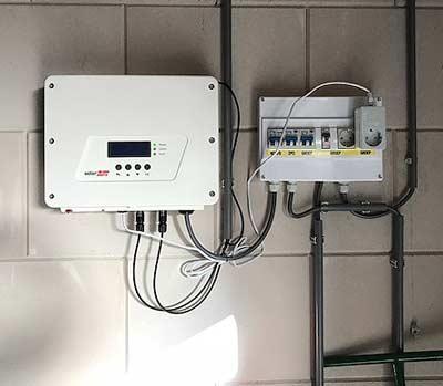 Omvormer om opgewekte energie om te zetten in elektriciteit voor de warmtepomp