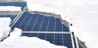 Sneeuw dat voor extra gewicht op zonnepanelen zorgt