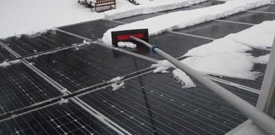 Hoe moet je sneeuw verwijderen van zonnepanelen?