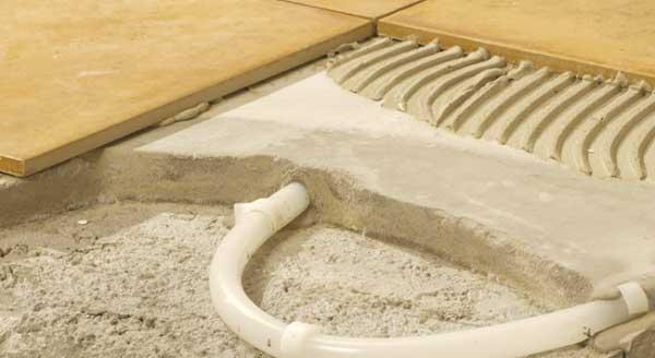 Een tegevloer op vloerverwarming