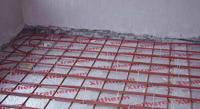 Aanbrengen van vloerverwarmingsbuizen op krimpnetten
