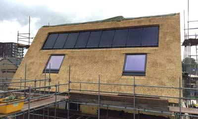 Indak zonnepanelen op rieten dak
